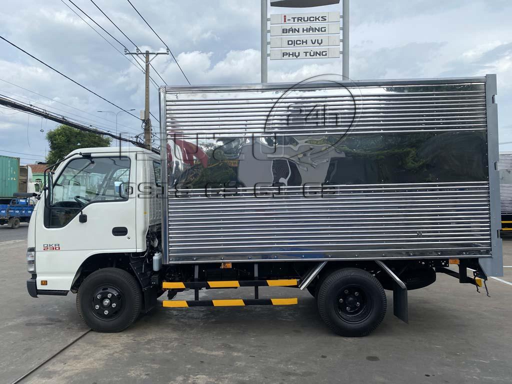 Góc nhìn cạnh bên tài xe tải Isuzu QKR230 thùng kín inox 2t4