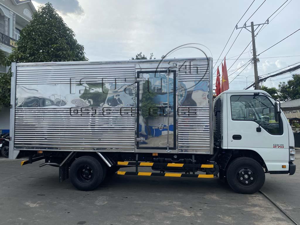 Góc nhìn bên phụ và cửa hông thùng xe tải Isuzu QKR 270 thùng kín inox 1t9