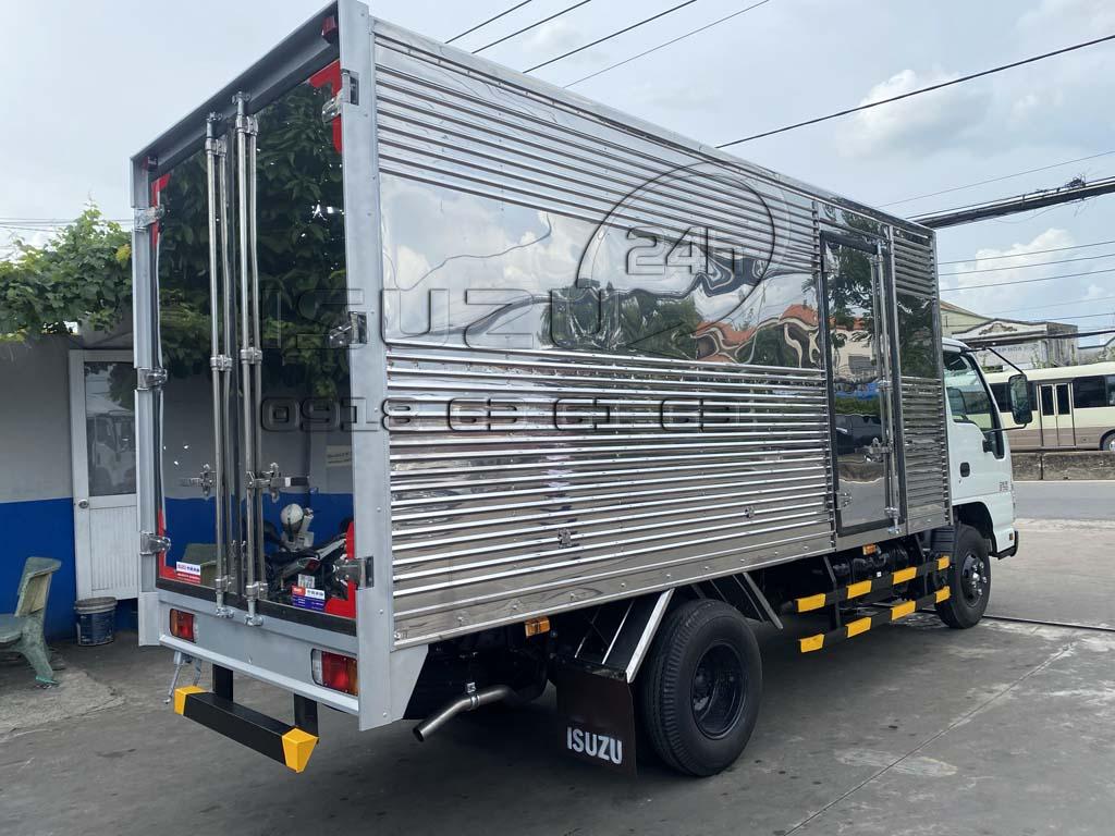 Góc nhìn phía sau bên phụ xe tải Isuzu QKR 270 thùng kín inox 1t9
