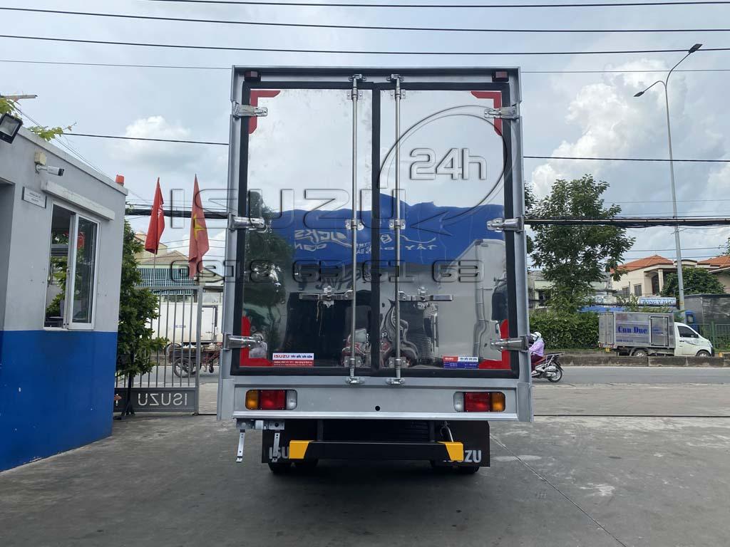 Góc nhìn phía sau và cửa sau thùng xe tải Isuzu QKR 270 thùng kín inox 1t9