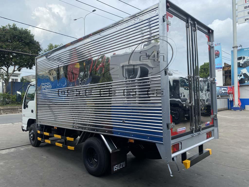 Góc nhìn phía sau bên tài xe tải Isuzu QKR 270 thùng kín inox 1t9